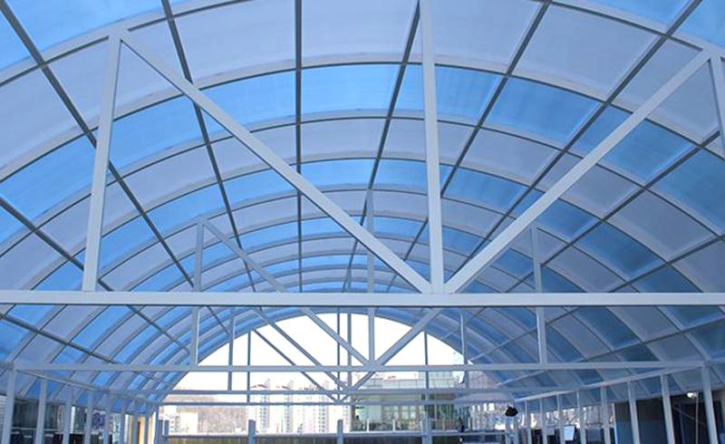 플라스틱 지붕은 견고하며 건축물에 빛을 더해 줍니다.