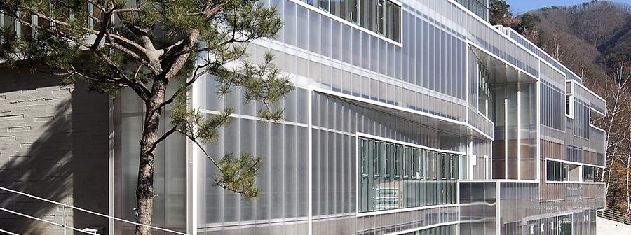폴리카보네이트 건축외장 패널의 장점을 이용한 건물의 커튼월 시스템